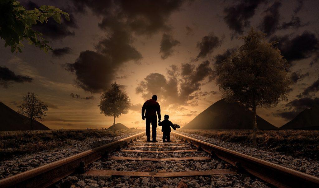 Vater und Sohn auf Gleisen